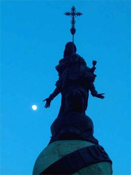 20060627161145-colon-estatua-noche-ivan-.jpg