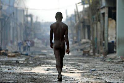 20120814220705-joven-paseando-desnudo-puerto-principe.jpg